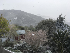 Beautiful spring snow on garden at Retreat accommodation 29/09/20